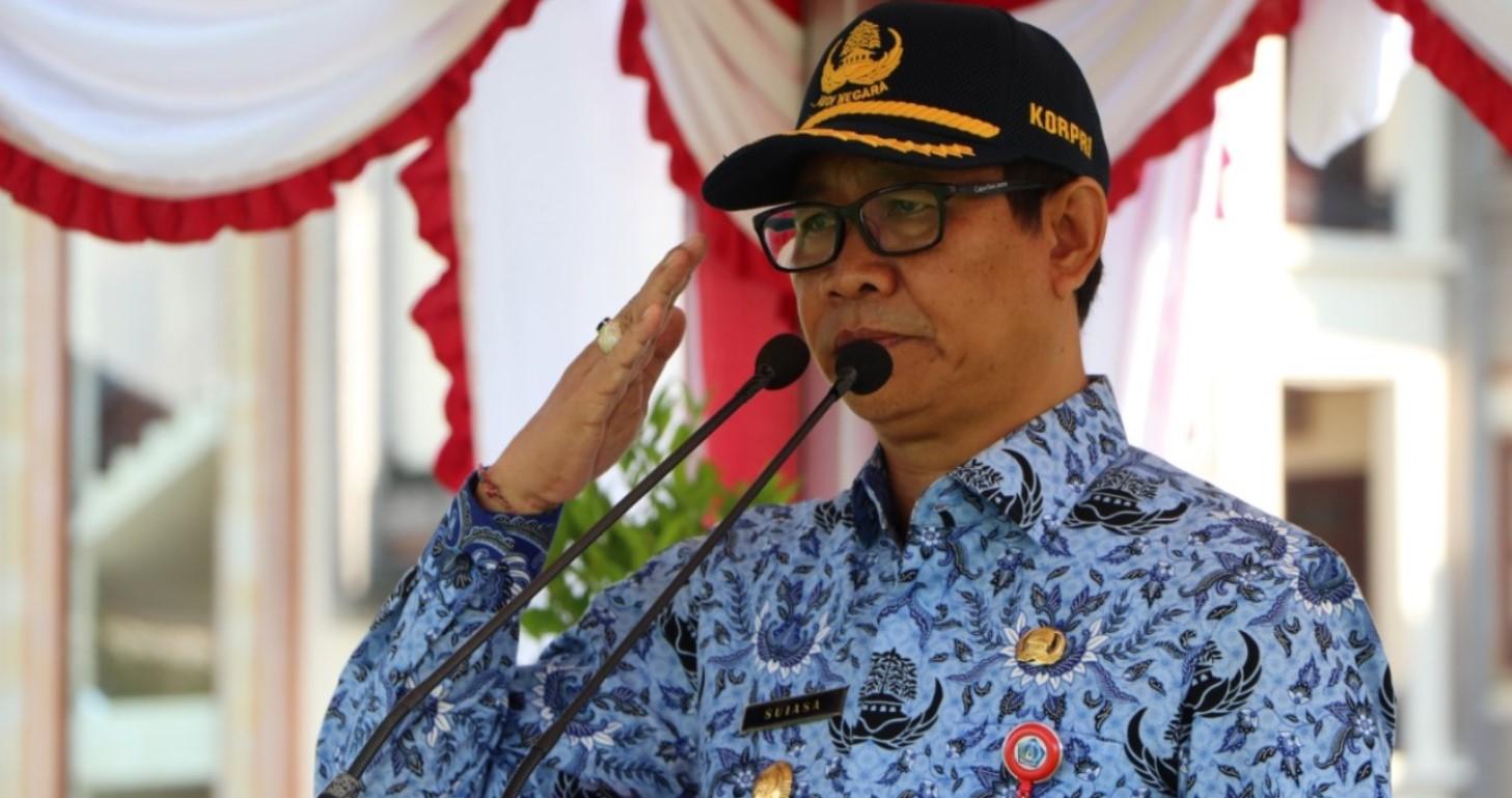 APEL - Wabup Suiasa saat memimpin Apel Paripurna di Lapangan Puspem Badung, Senin (17/2/2020).
