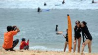 TURIS domestik mengikuti kelas surfing di Pantai Kuta.
