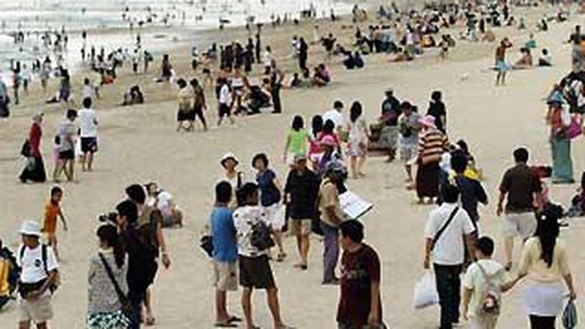 Turis Domestik di Pantai Kuta