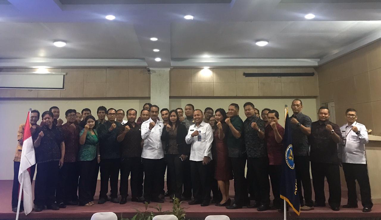 Foto: RAKOR NARKOBA KEPALA BNN Provinsi Bali, Brigjen Pol Drs. I Putu Gede Suastawa, foto bersama Kepala BNN Kota Denpasar, AKBP Hagnyono, dan peserta rakor pemberdayaan masyarakat antinarkoba di lingkungan masyarakat di Denpasar, Selasa (25/2/2020).