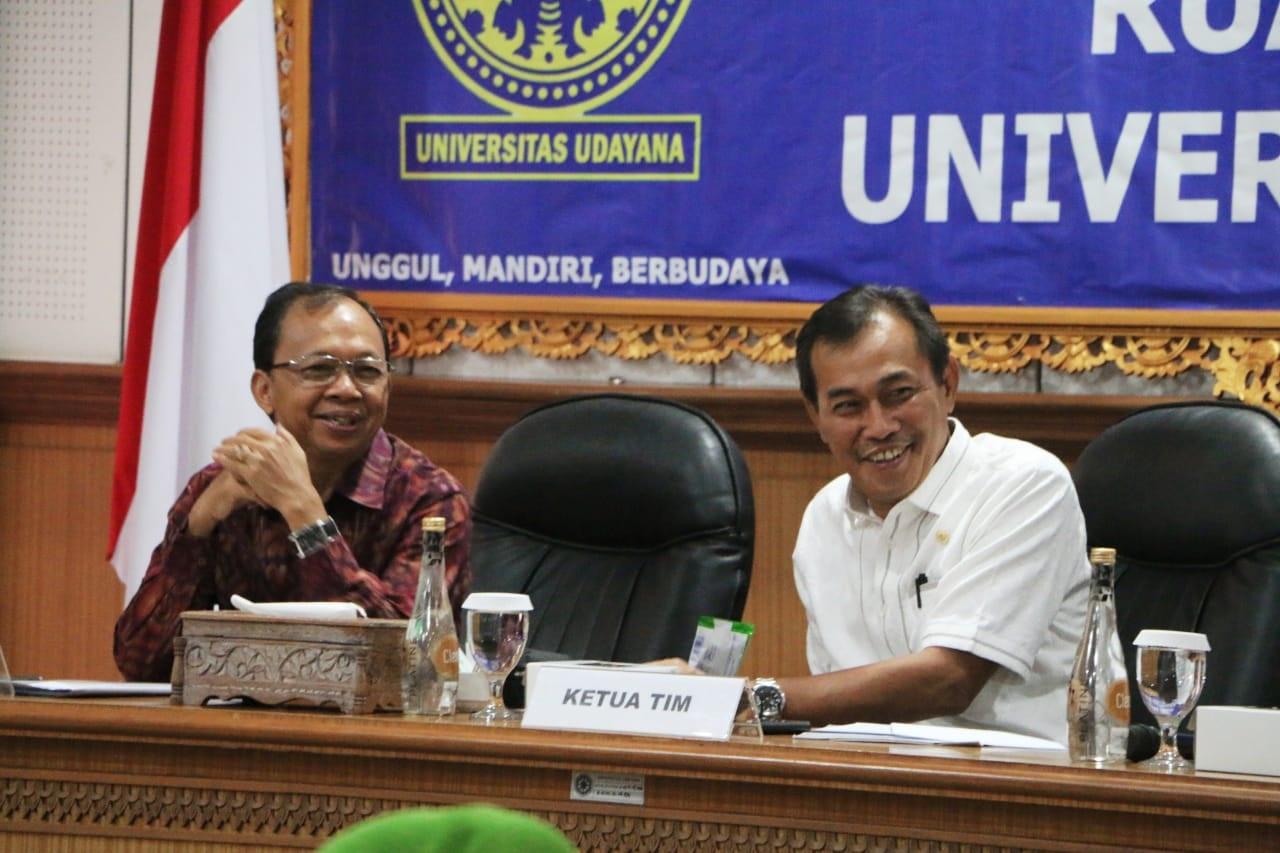 GUBERNUR Koster dengan Ketua Tim Kunker Baleg H Ibnu Multhazan dalam acara Peguatan Sosialisasi Prolegnas 2020 oleh DPR RI di Gedung Rektorat Universitas Udayana