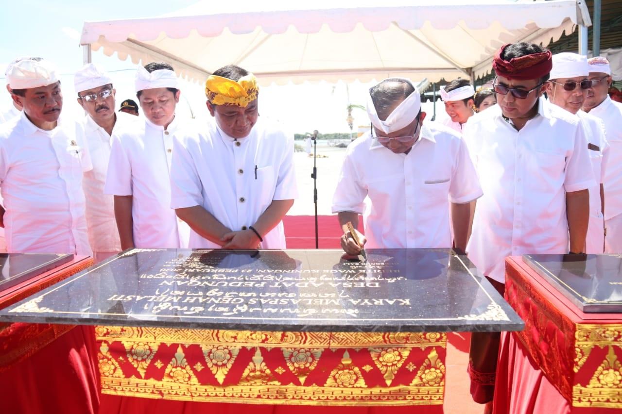 GUBERNUR Bali Wayan Koster saat menandatangani prasasti Karya Melaspas Bumi Sudha lan Mecaru Genah Melasti Desa Adat Pedungan, Denpasar pada Minggu (23/2/2020).