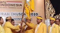 KETUA DPD Golkar Bali I Nyoman Sugawa Korry menerima bendera partai Golkar usai terpilih secara aklamasi pada Musda di Prime Plaza Hotel Sanur, Senin (24/2).