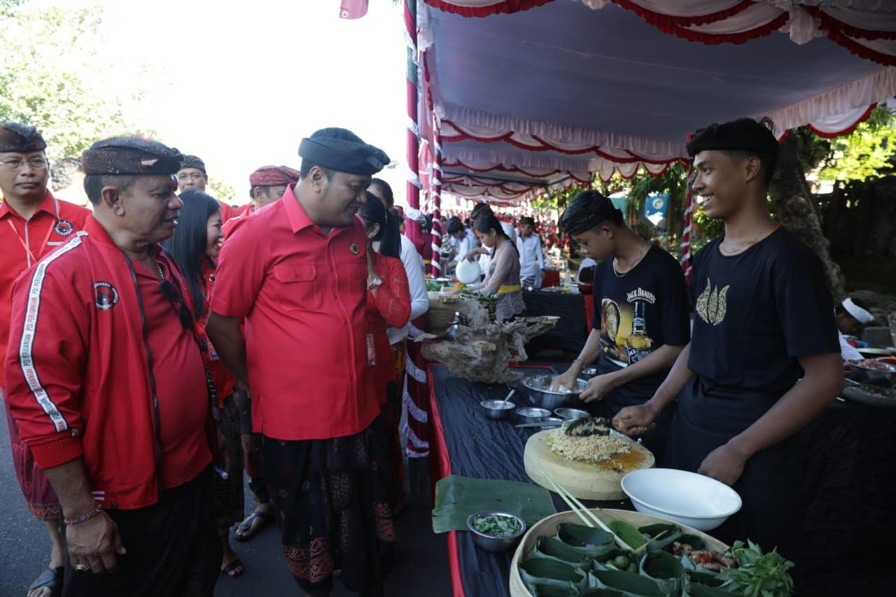 KETUA DPC PDIP Gianyar, Made Mahayastra, meninjau Festival Kuliner Bali yang digelar PDIP Gianyar.