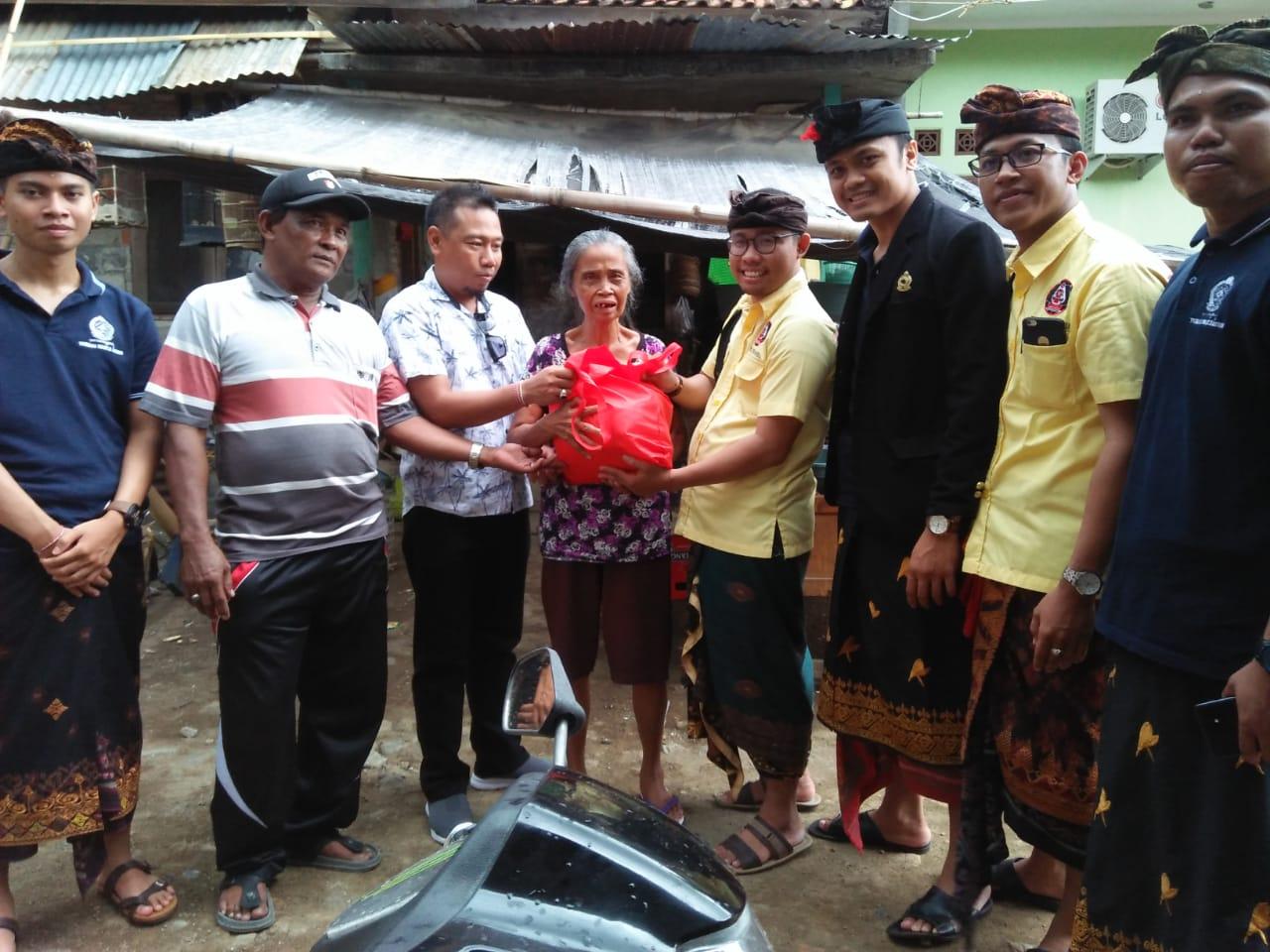 """SEMBAKO - Penyerahan sembako kepada salah satu lansia dalam kegiatan """"ngejot"""" oleh Peradah Bali."""