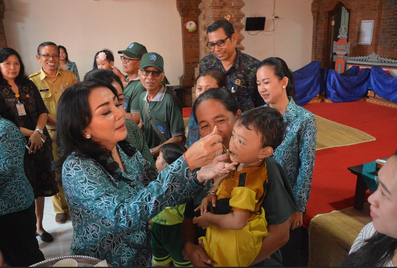 KETUA TP PKK Kota Denpasar, Selly Mantra,memberikan vitamin A kepada salah seorang balita di Banjar Batan Poh, Desa Sanur Kaja, Selasa (25/2/2020).