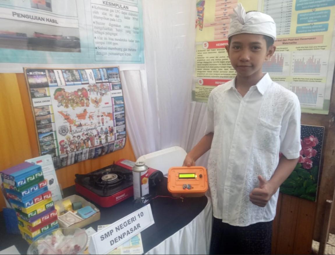 Foto: KARYA INOVASI SISWA SMPN 10 Denpasar, Putu Khrisna Devara Hananda Yasa, memperlihatkan alat pendeteksi kebocoran gas saat pameran inovasi serangkaian HUT ke-232 Kota Denpasar.
