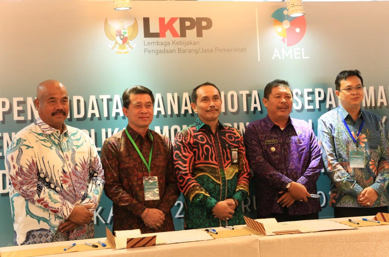 BUPATI Suwirta berfoto bersama Kepala LKPP, Roni Dwi Susanto di Ruang Serbaguna Kantor LKPP Jakarta Selatan, Kamis (27/2/2020).