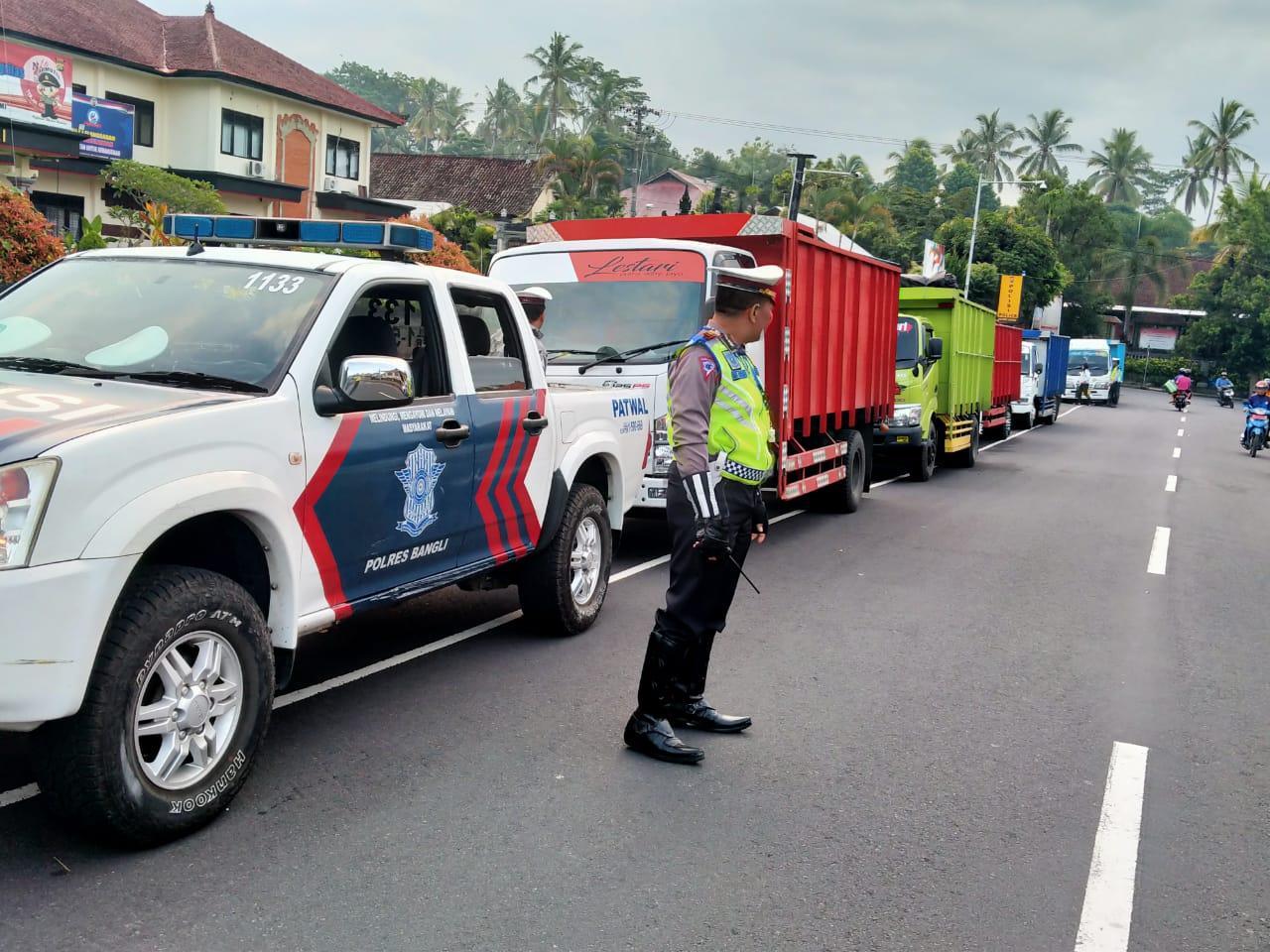 PETUGAS Polres Bangli menindak sopir truk yang melintas di jalur Kedisan-Penelokan, Kintamani, Senin (17/2/2020) dini hari.