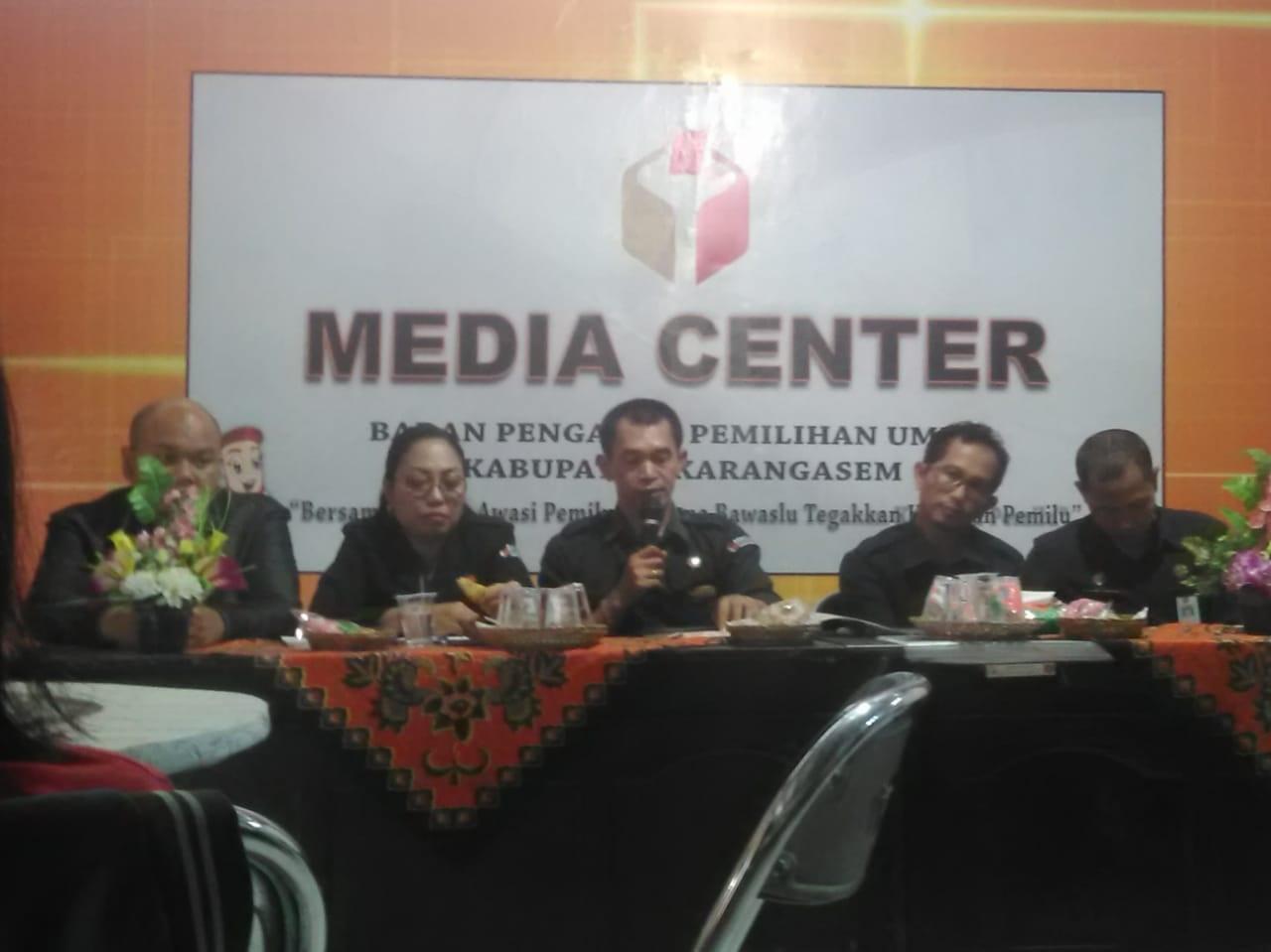 PEMBAHASAN Bawaslu Karangasem bersama wartawan terkait pilkada 2020 di Bawaslu Karangasem, Senin (24/2).