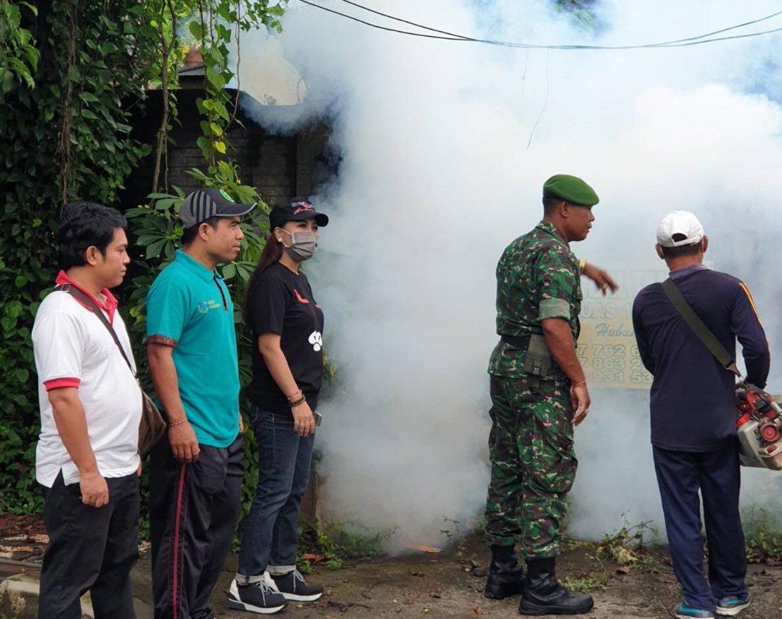 FOGGING untuk mencegah merebaknya penderita DB dilakukan di wilayah Desa Kalibukbuk, Buleleng