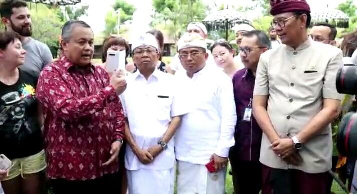 GUBERNUR BI Perry Warjiyo (kiri), Gubernur Bali, Wayan Koster (tengah), anggota DPR RI, Rai Wirajaya (2 kanan) bertemu sejumlah wisatawan Rusia di Bebek Tepi Sawah, Sabtu (29/2/2020).