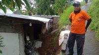 KONDISI rumah milik Sukramas di Desa Tamblang rusak berat pada bagian sisi timur, akibat tertimpa material tebing yang longsor.