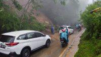 TAMPAK sejumlah petugas BPBD Buleleng dibantu warga membersihkan material longsor di Desa Gitgit, agar arus lalu lintas Jalur Singaraja-Gitgit bisa pulih setelah sempat lumpuh selama 30 menit akibat longsor.