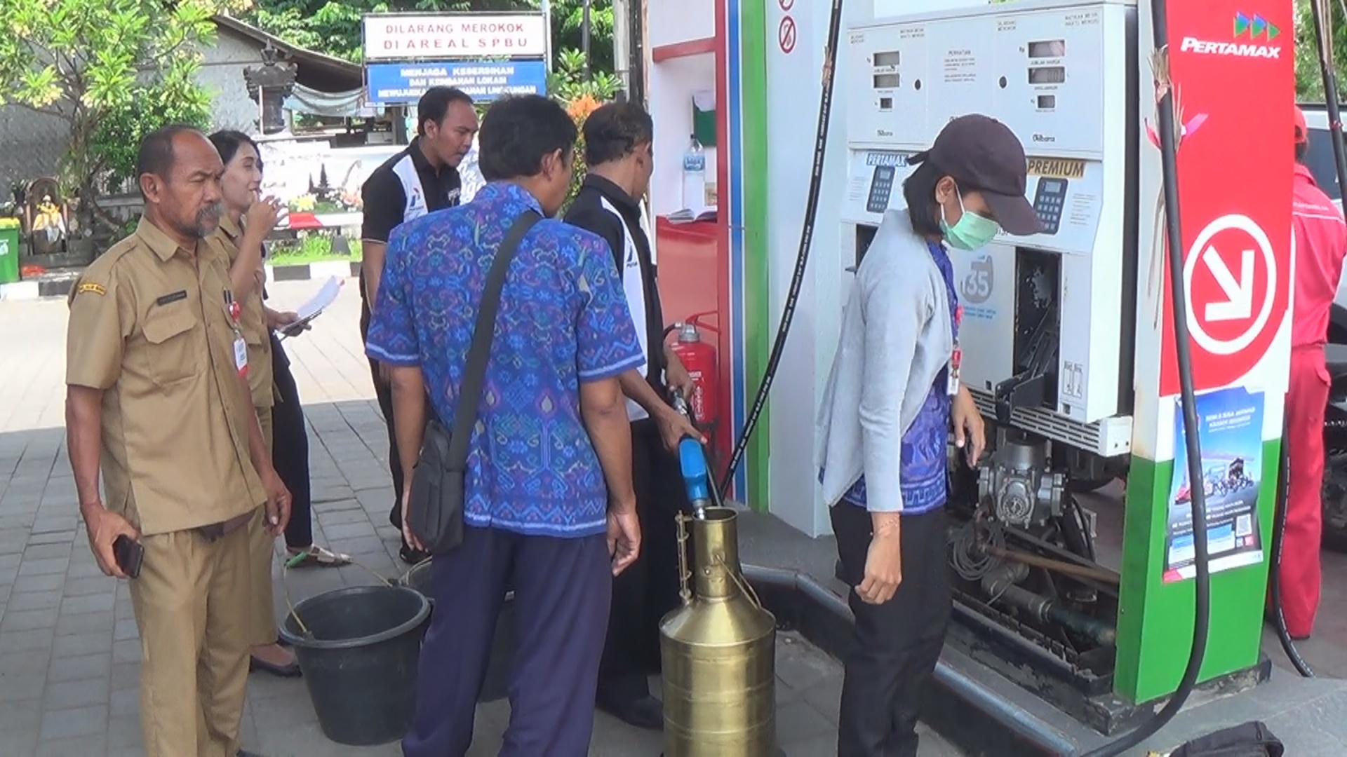 PETUGAS dari UPTD Metrologi Legal Buleleng bersama Dinas Koprindag Jembrana saat melakukan era di SPBU Ngurah Rai Kota Negara.