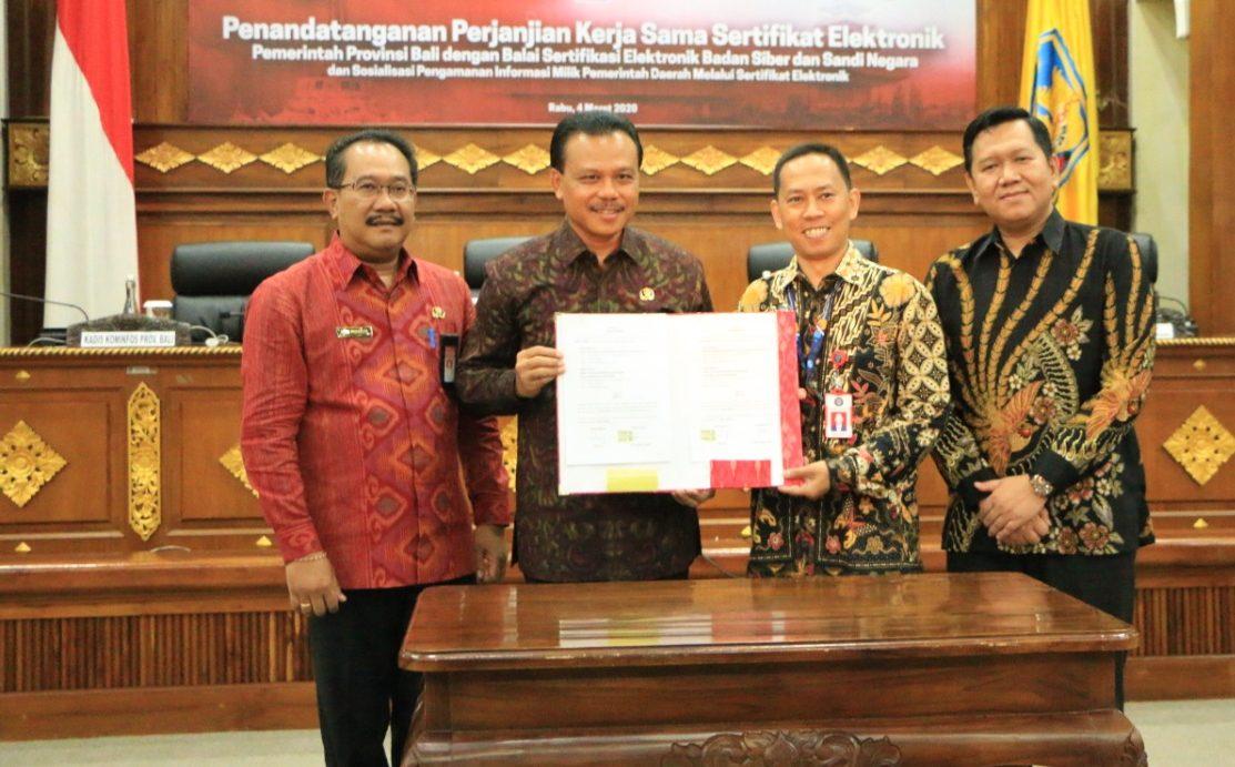 SEKDA Dewa Made Indra menunjukkan nota kerjasama antara Pemprov Bali dengan Balai Sertifikasi dan Elektronik Badan Siber dan Sandi Negara, Rabu (4/3/2020). Foto: gus hendra