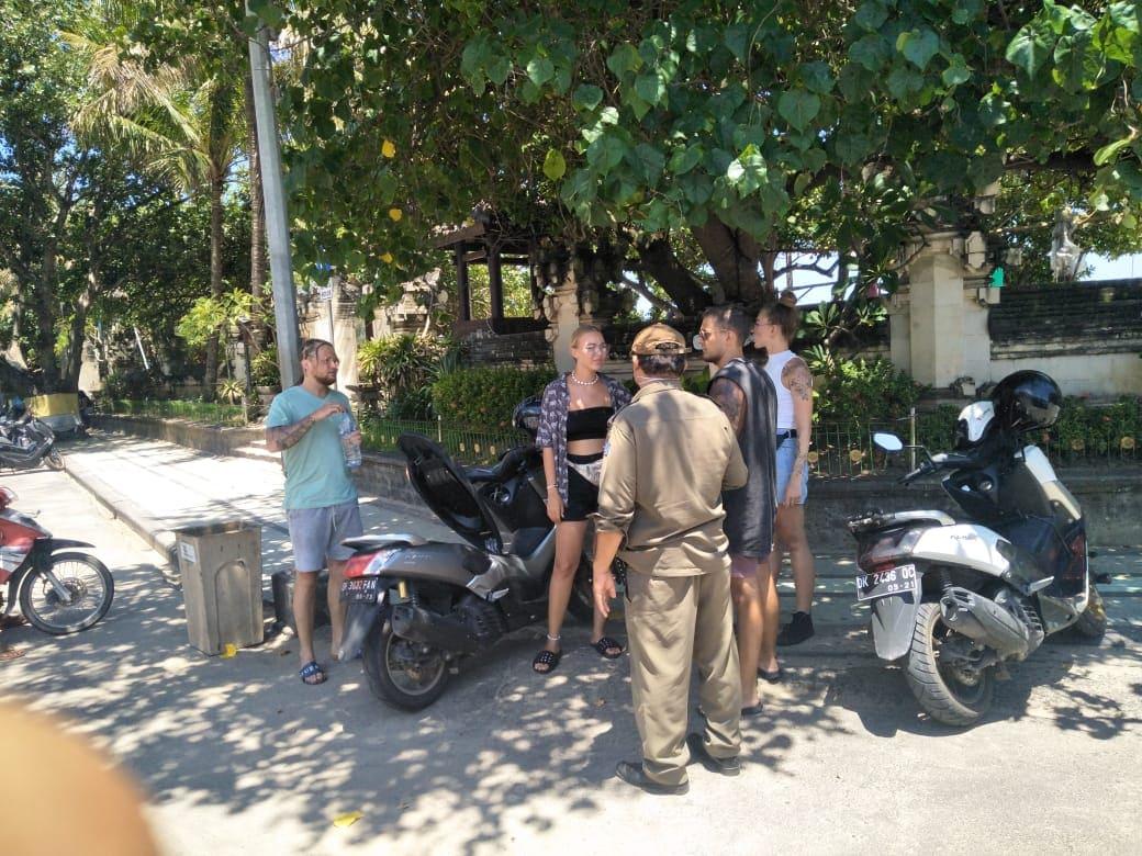 Foto: ist/petugas Satpol PP BKO Kuta mengedukasi wisatawan di Pantai Kuta