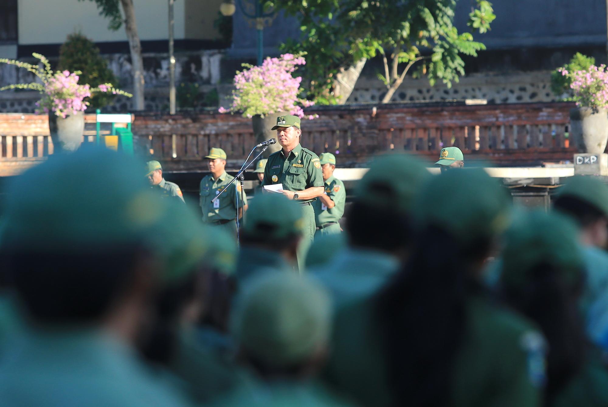 BUPATI Suwirta memimpin apel paripurna di Lapangan Puputan Klungkung, Senin ( 2/3). Foto: Istimewa