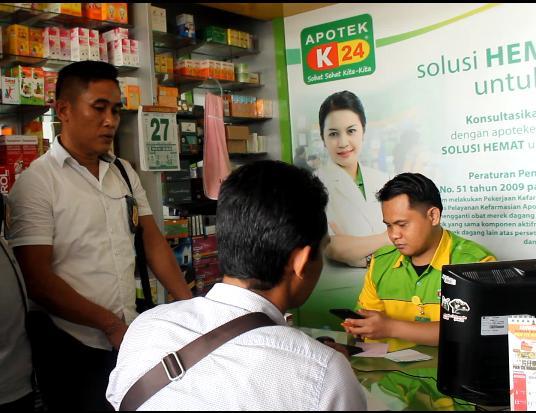 SALAH satu aktivitas di salah satu apotek di Karangasem yang menjual masker. Foto: Istimewa