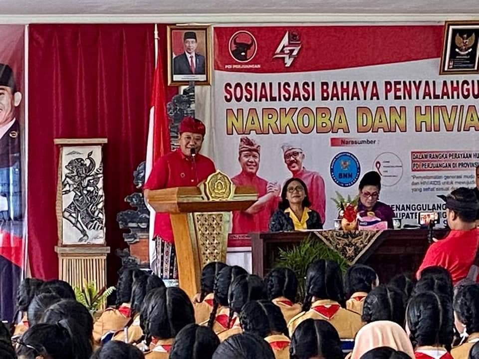 KETUA DPC PDIP Bangli, Sang Nyoman Sedana Arta, saat membuka sosialisasi bahaya penyalahgunaan narkoba dan HIV/AIDS serangkaian HUT ke-47 PDIP di Bangli, Sabtu (7/3/2020). Foto: aa ngurah girinatha