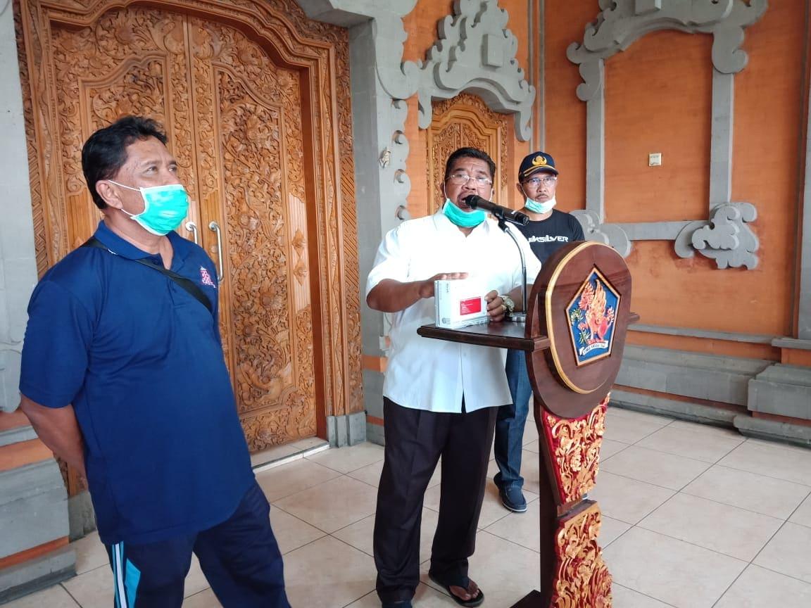 BUPATI Suradnyana didampingi Sekda Suyasa (kanan) dan Kepala Dinkes Mahapramana (kiri) saat memberikan keterangan terkait perkembangan kasus Covid-19 di Buleleng. Foto: istimewa