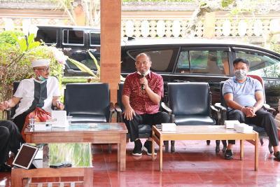 BUPATI Bangli I Made Gianyar menghadiri rapat bersama DPRD Bangli, Jumat (27/3/2020) untuk membahas upaya pencegahan wabah virus Corona (Covid-19). Foto: gia