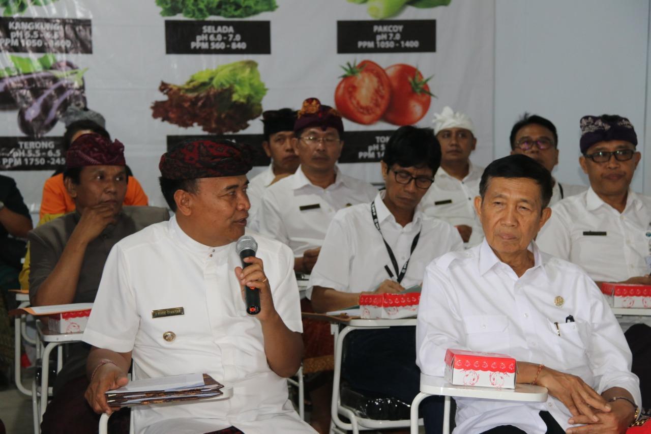 BUPATI Bangli, I Made Gianyar, saat menerima kunjungan kerja anggota DPD RI, I Made Mangku Pastika, di PLTS Bangklet, Kayubihi, Kamis (12/3/2020).
