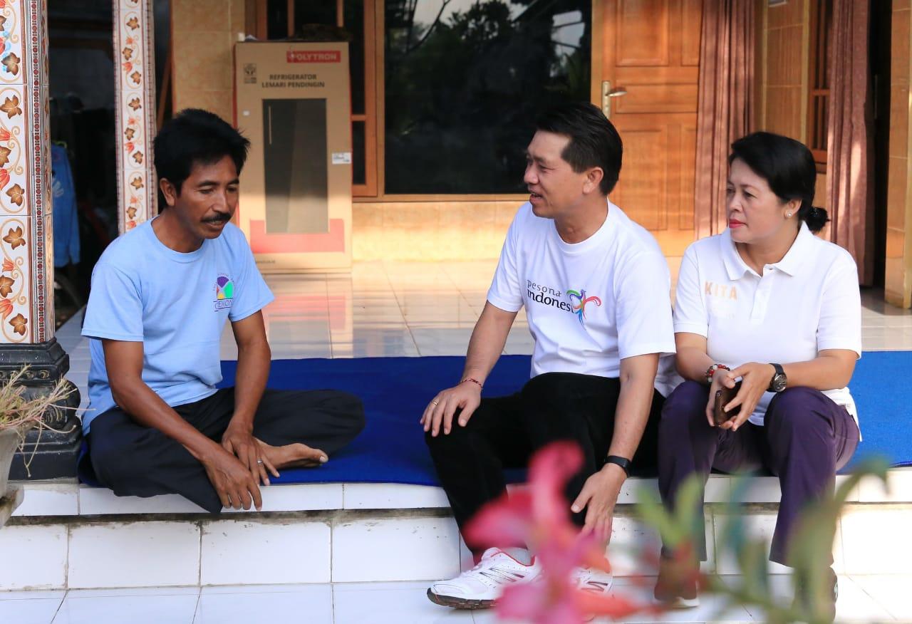 BUPATI Suwirta menemui Nyoman Suardana di Dusun Meranggen, Desa Tangkas, Minggu (1/3/2020).