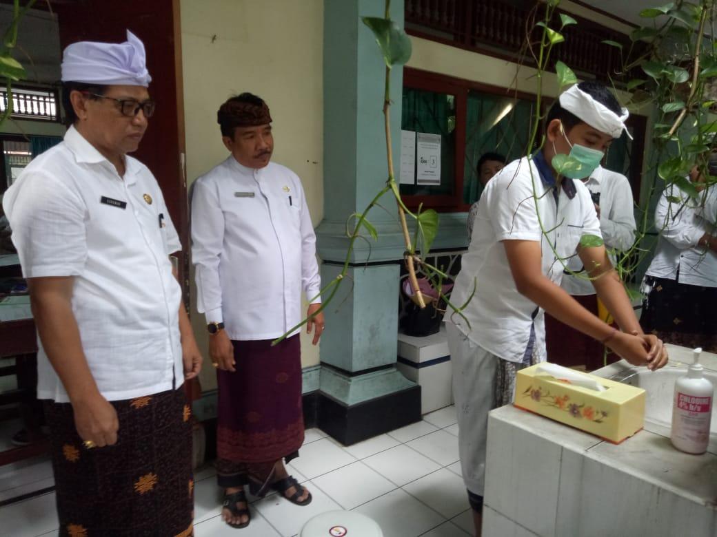 WARGA sekolah menggalakkan pola hidup bersih dan sehat (PHBS) dan dan cuci tangan pakai sabun (CTPS). Foto: putra sasmitha