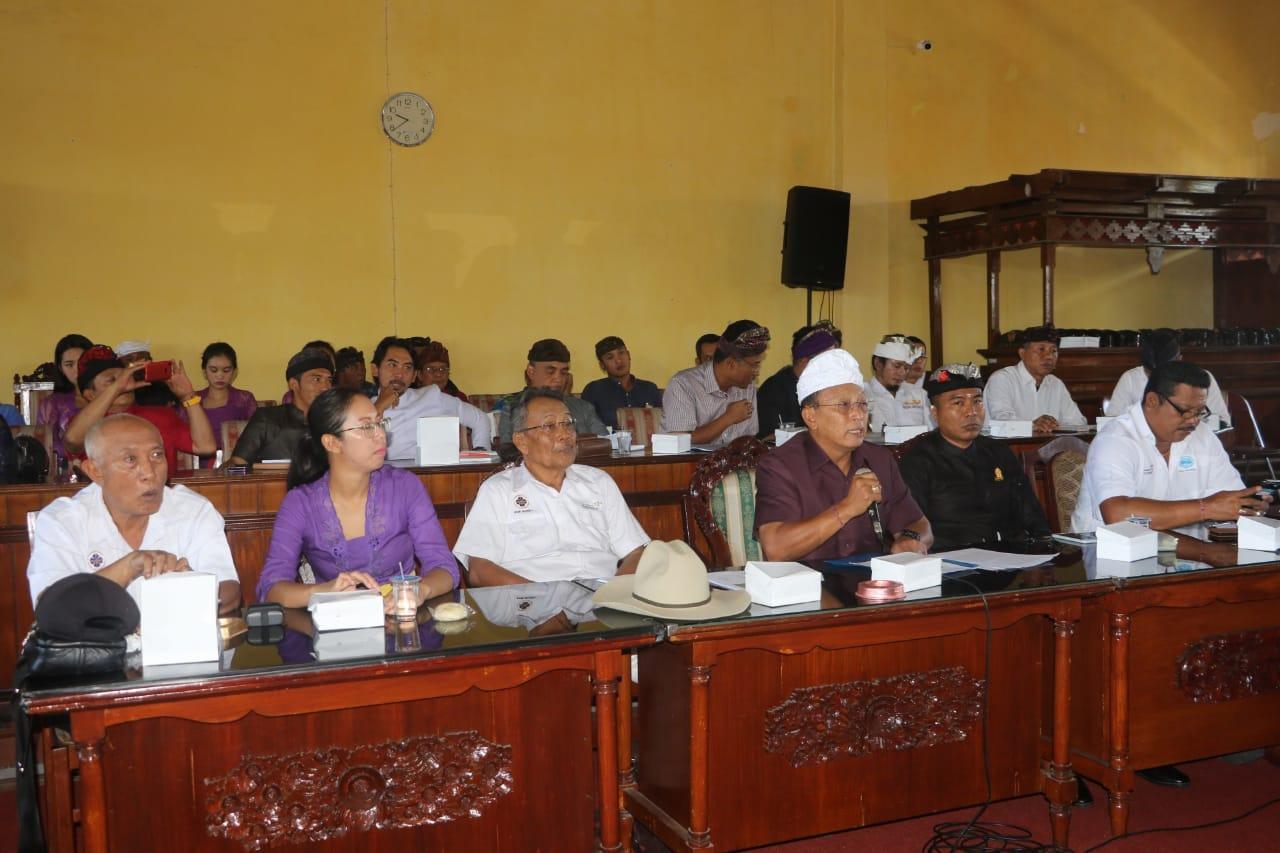 KETUA BPC PHRI Kabupaten Bangli, Ketut Mardjana, menghadiri rapat dengar pendapat yang diadakan DPRD Bangli, di ruang sidang setempat, Senin (2/3/2020). Foto: aa ngurah girinatha