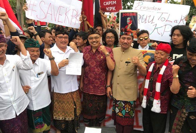PARA anggota DPRD Bali saat menerima para mahasiswa yang menyampaikan aspirasi terkait isu pelemahan KPK oleh DPR RI, medio September 2019 lalu. Kini uang perjalanan dinas mereka dipangkas oleh Perpres No. 33 tahun 2020. Foto: gus hendra