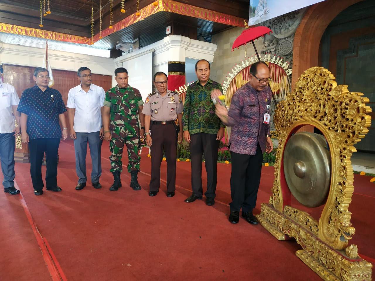 ASISTEN Administrasi Pemerintahan dan Kesejahteraan Rakyat, I Wayan Suardana, membuka Musda IX Gapensi Gianyar. Foto: kadek adiputra