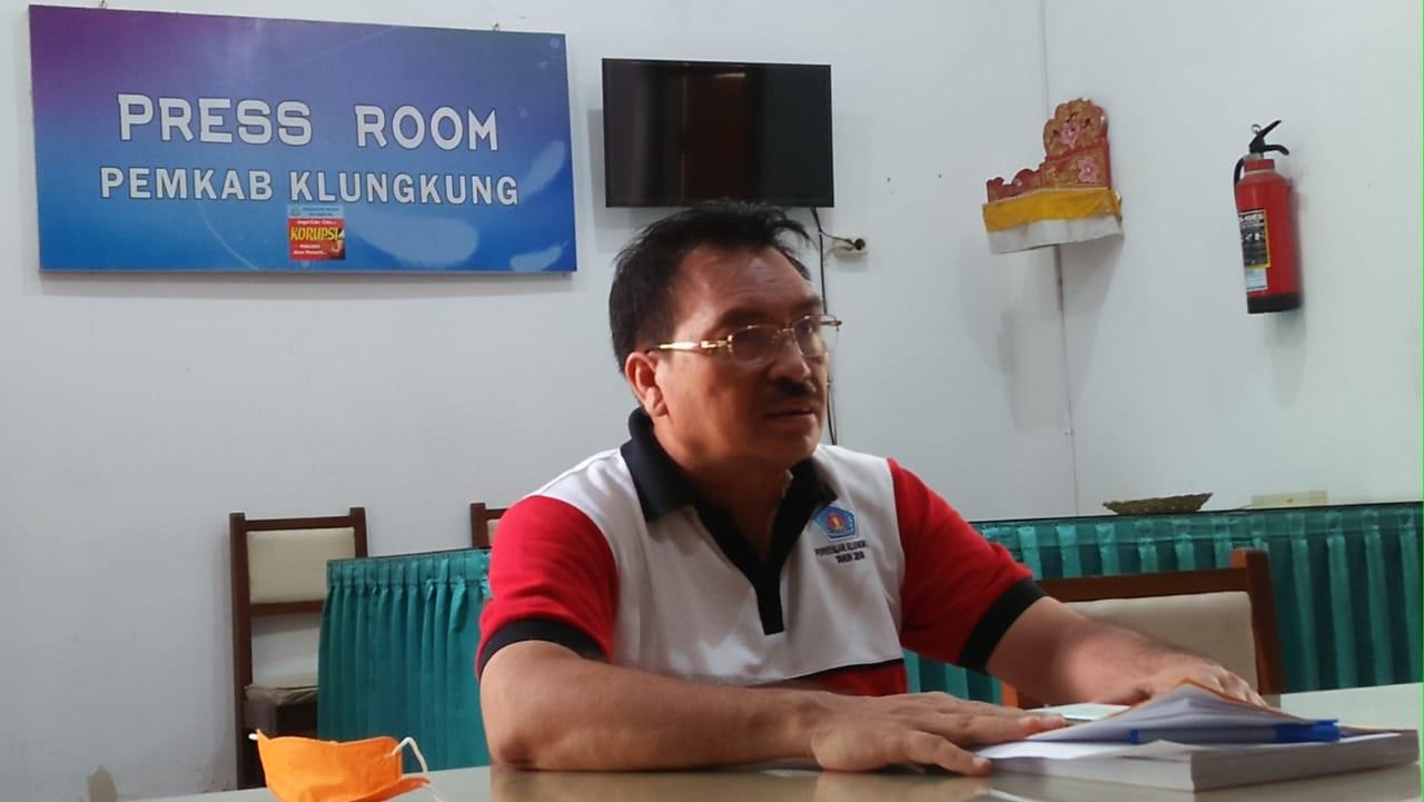 SEKDA Klungkung, Gede Putu Winastra, yang juga menjabat sebagai Ketua Satgas Penanggulangan Covid-19 Klungkung dalam konferensi pers, Minggu (29/3/2020). Foto: baw