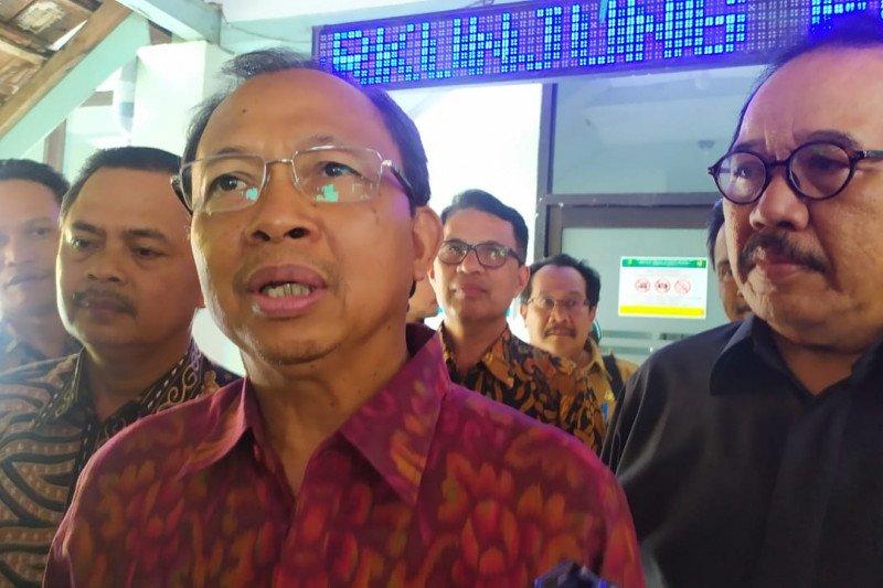 GUBERNUR Wayan Koster saat meninjau Ruang Nusa Indah di RSUP Sanglah, Denpasar, Selasa (3/3). Foto: antara