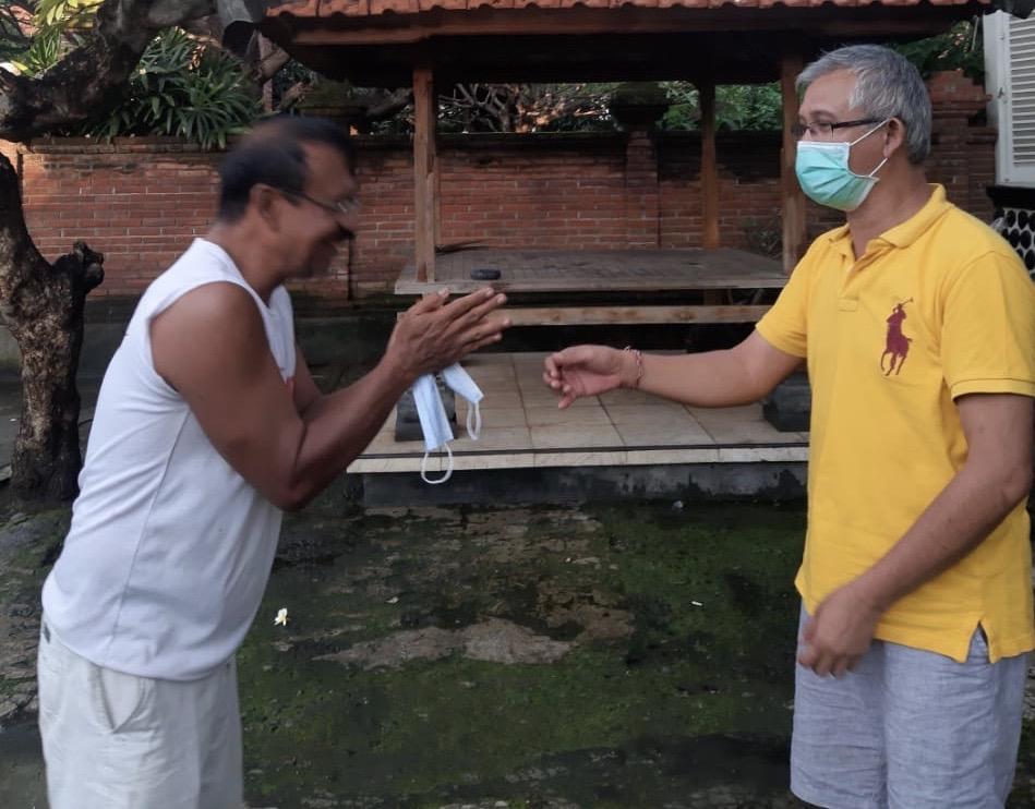 IGK Kresna Budi saat membagikan masker ke rumah salah seorang warga di Desa Banyuning, Kecamatan Buleleng, Minggu (29/3/2020). Foto: istimewa