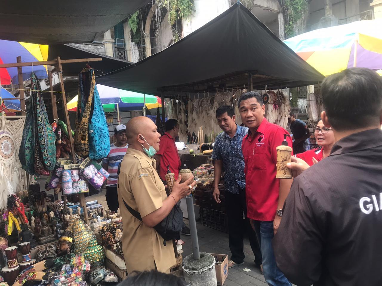 JAJARAN PDIP Gianyar membagikan hand sanitizer di pasar umum di Gianyar, Senin (23/3/2020). Foto: adi