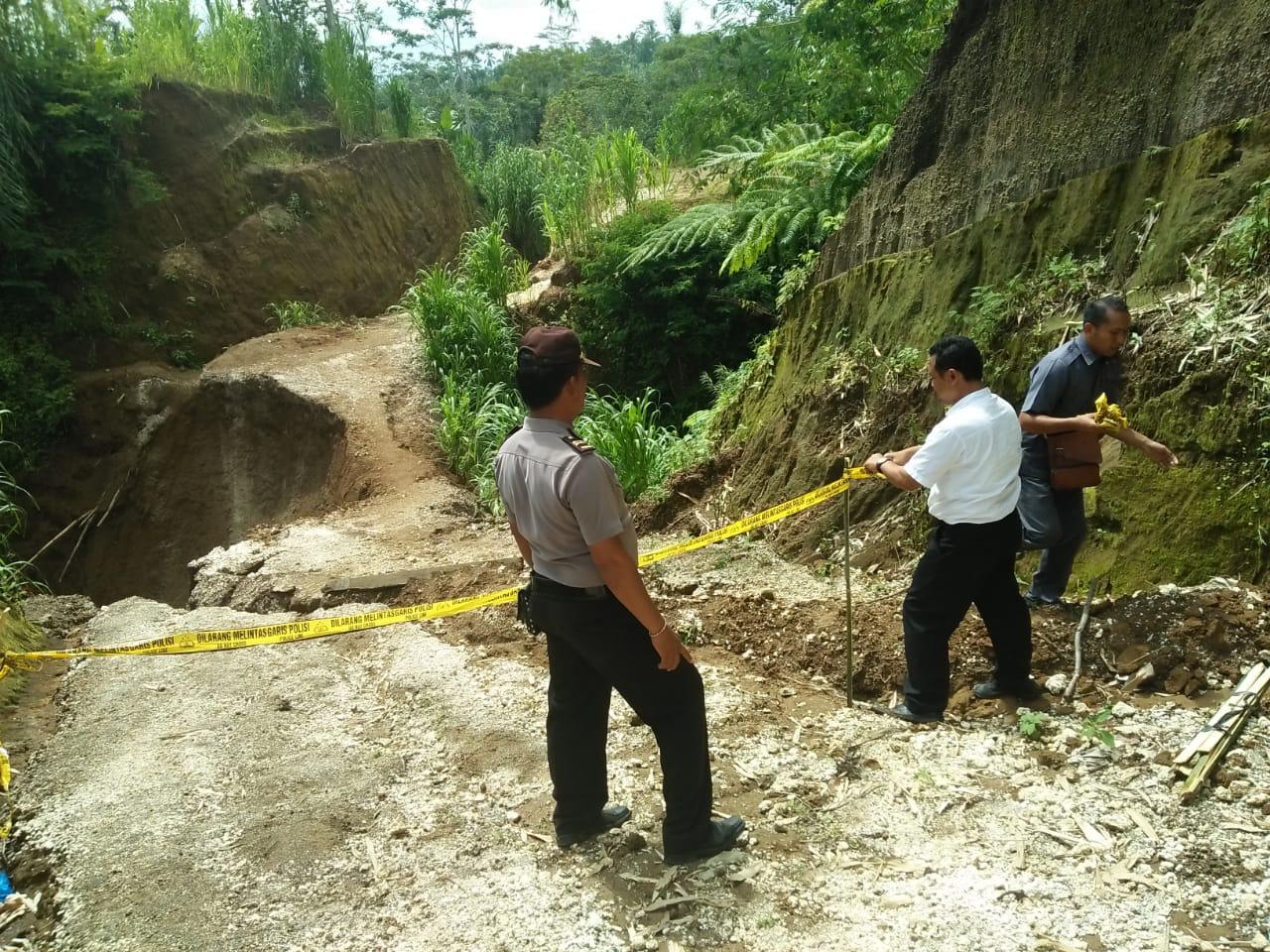 JAJARAN Polsek Payangan, Gianyar memasang police line di lokasi longsor di Banjar Penyabangan, Desa Kerta, Senin (2/3/2020). Foto: kadek adiputra wirawan