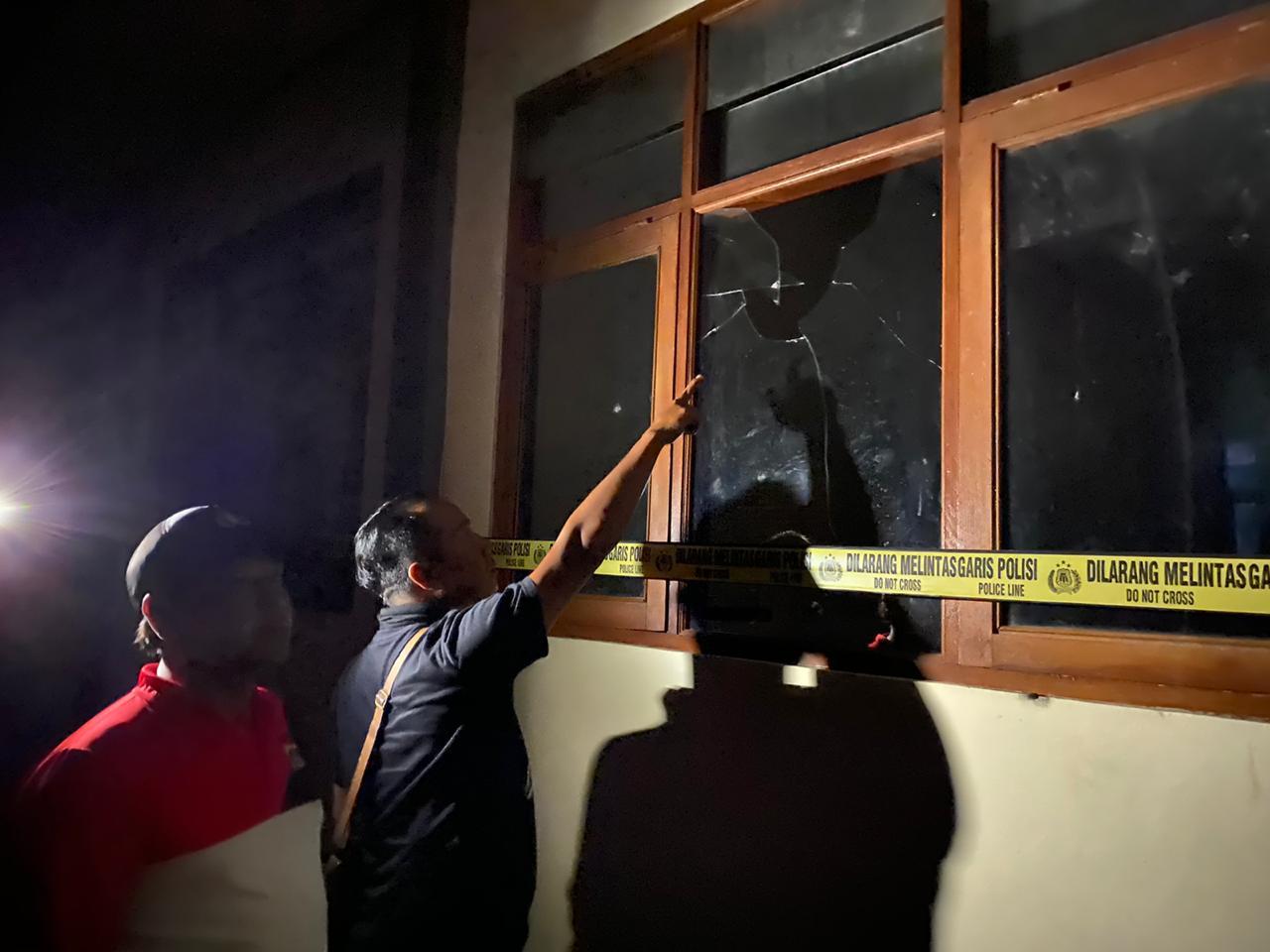 POLISI melakukan olah TKP di SDSN 5 Songan yang sejumlah kaca ruang kelas pecah akibat dirusak empat pelajar SMP. Foto: istimewa
