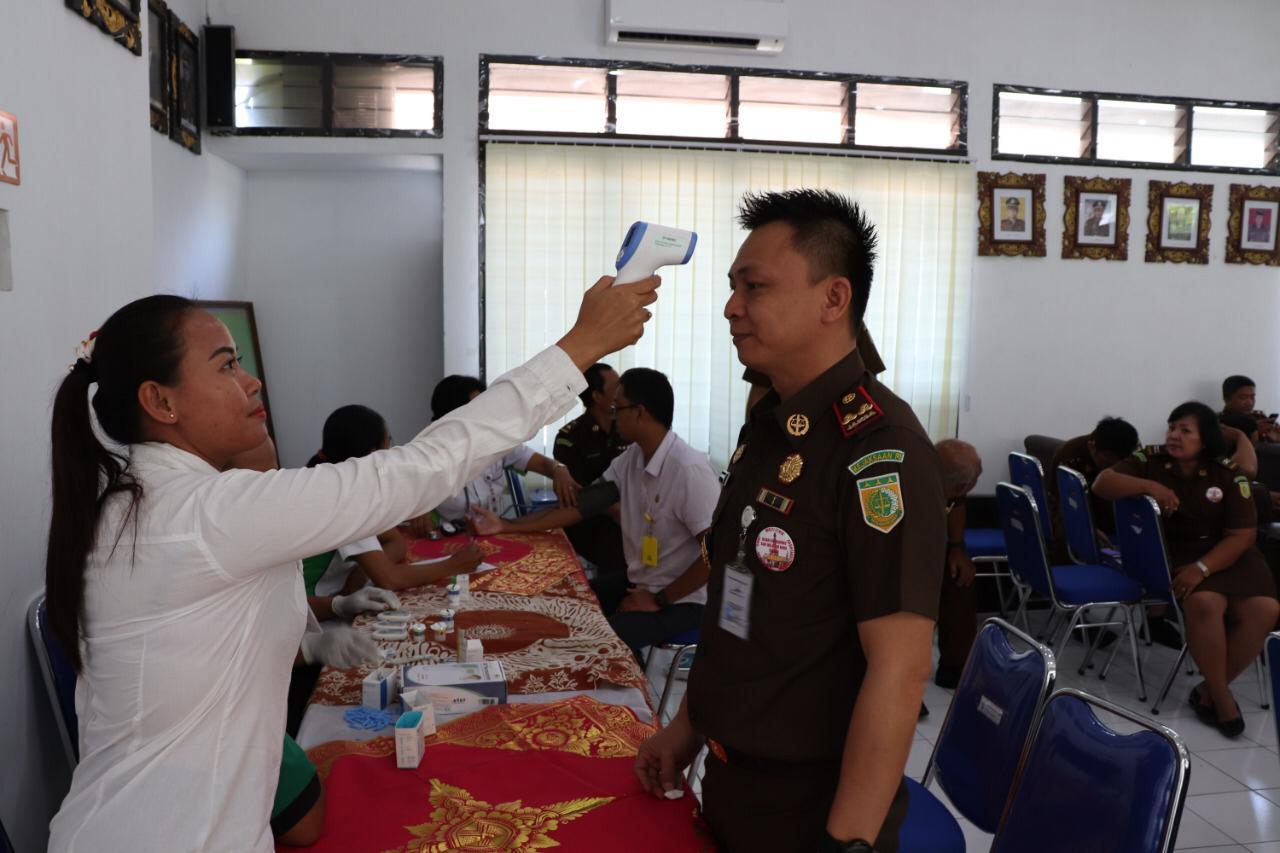 KAJARI Klungkung, Otto Sompotan, bersama staf cek kesehatan sebagai langkah antisipasi virus Corona, Rabu (11/3/2020). Foto: ketut bagus arjana