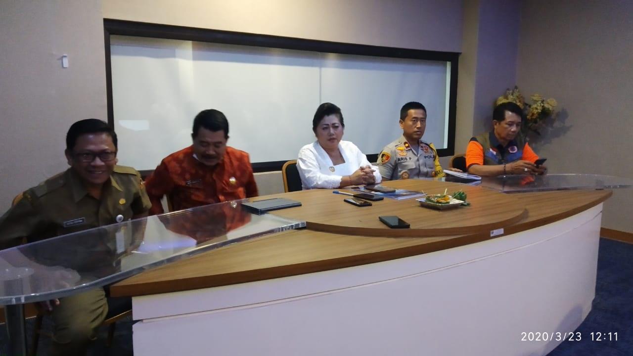 BUPATI Karangasem, IGA Mas Sumatri saat menggelar jumpa pers terkait pembahasan Corona di Kantor Bupati, Senin (23/3/2020). Foto: nad