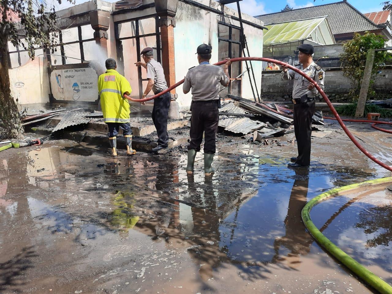 KEBAKARAN yang meludeskan gudang SDN 3 Pengotan, di Banjar Padpadan, Desa Pengotan, Bangli Senin (16/3/2020). Foto: aan girinatha