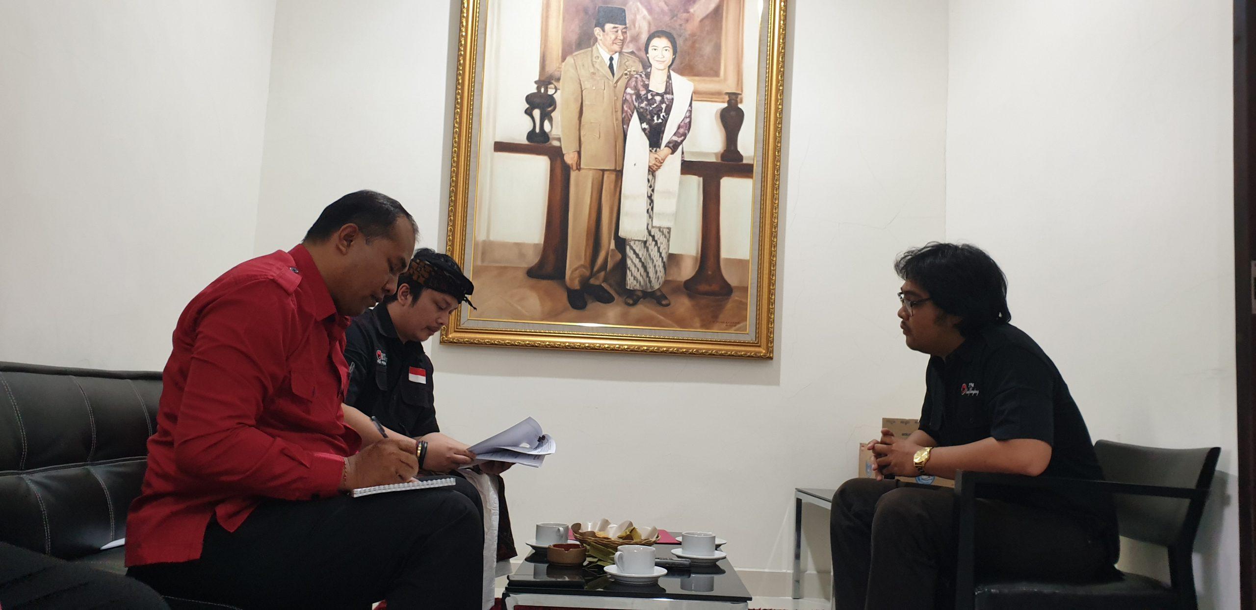 KEPALA BSPN Pusat DPP PDIP, Dimas Dendang (dua kiri), memeriksa berkas salah satu calon kepala BSPN cabang saat tes di DPD PDIP Bali, Selasa (3/3). Foto: gus hendra