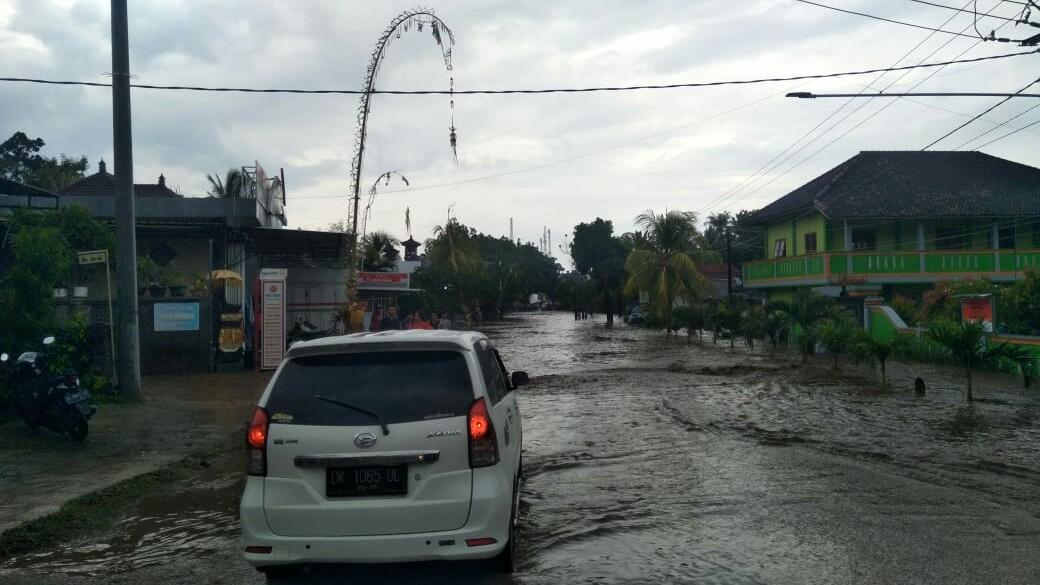 KONDISI sepanjang jalur di wilayah Desa Pejarakan yang digenangi air akibat banjir bandang, Selasa (3/3/2020). Foto: Istimewa