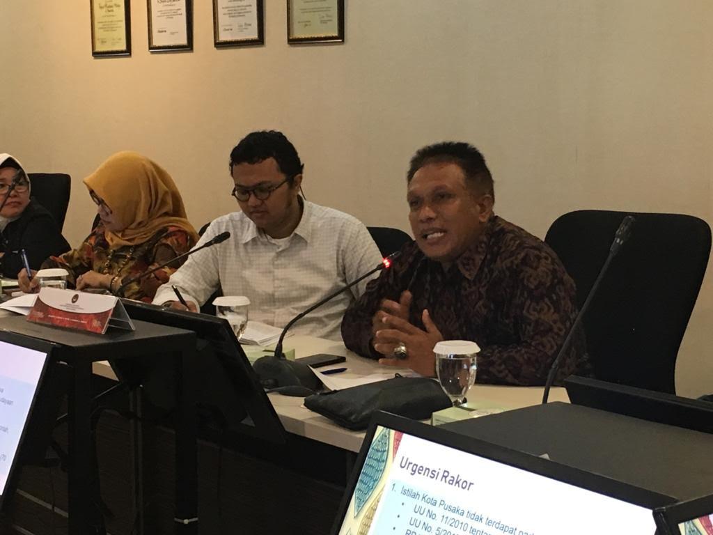 KADIS Kebudayaan Gianyar, Ketut Mudana (kanan) saat menjadi narasumber dalam rapat teknis kota pusaka di Jakarta. Foto: istimewa