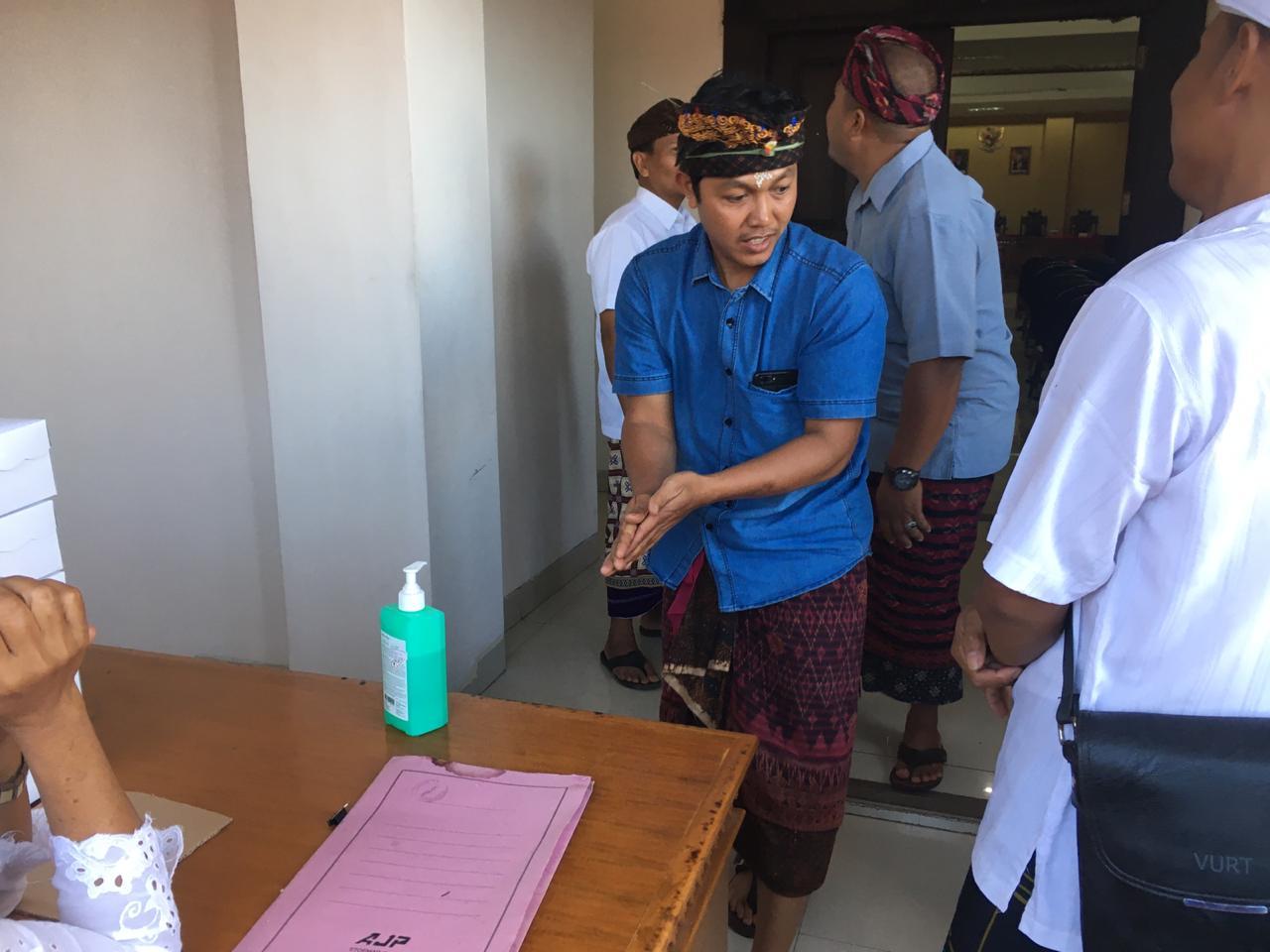 PARA anggota PPS wajib membersihkan tangan dengan cairan sanitasi tangan sebelum masuk ruangan pelantikan. Ini sebagai pelaksanaan protokol keamanan untuk mencegah penyebaran wabah Covid-19. Foto: gus hendra