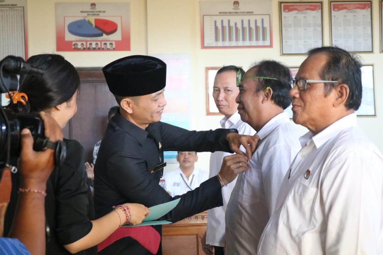 KETUA KPU Denpasar, Wayan Arsajaya, saat melantik PPS di Denpasar yang dibagi dalam empat sesi agar tidak terlalu banyak peserta, Jumat (20/3/2020). Foto: gus hendra