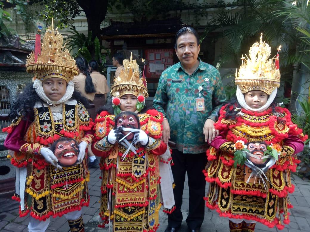 KEPALA SMPN 3 Denpasar, I Wayan Murdana, foto bersama peserta lomba tari Jauk Keras serangkain HUT ke-41 SMPN 3 Denpasar. Foto: putra sasmitha