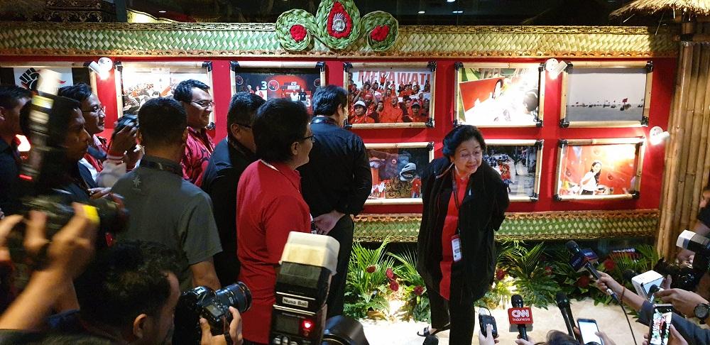 MEGAWATI Sukarnoputri menyapa wartawan di sela-sela acara Kongres PDIP di GBB Sanur, Bali pada akhir Agustus 2019 lalu. Mega merupakan perempuan yang mampu konsisten di jalur politik sampai menjabat Ketua Umum PDIP. Foto: gus hendra