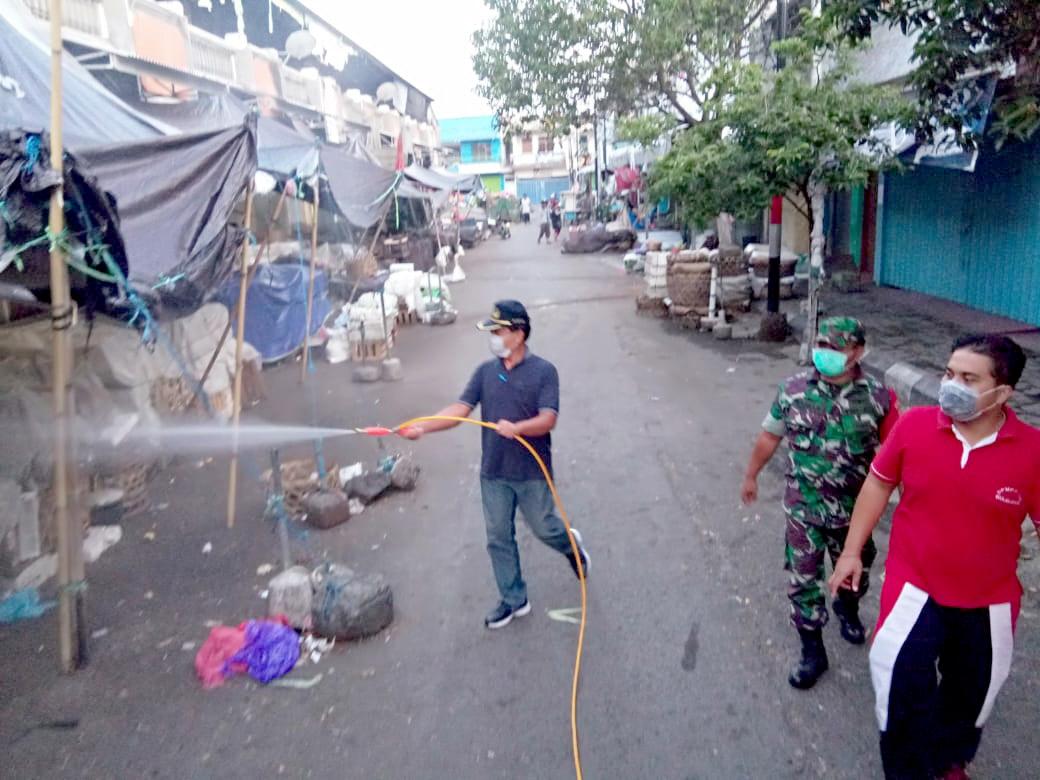 KEGIATAN penyemprotan cairan disinfektan di areal Pasar Anyar Singaraja. Foto: rik