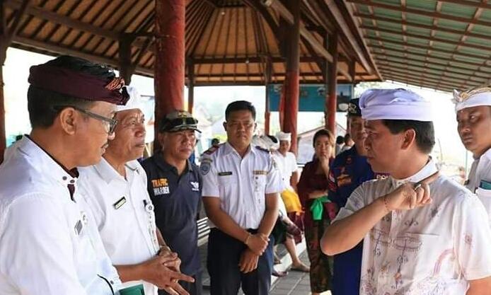 BUPATI Suwirta memantau pelabuhan penyeberangan Tribuana Desa Kusamba, Kecamatan Dawan, Kamis (12/3/2020). Foto: ketut bagus arjana